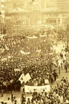 그대는 '서울의 봄'을 기억하는가. 1980년 5월 15일 서울역 앞은 학생들이 중심이 된 군중들로 붐볐다. 이들은 '유신철폐'와 '계엄해제'를 요구하며 대규모 시위를 벌였으나, 신군부는 5월 17일 24시 전국에 비상계엄령을 선포하게 된다. 그대는 '서울의 봄'을 기억하는가. 1980년 5월 15일 서울역 앞은 학생들이 중심이 된 군중들로 붐볐다. 이들은 '유신철폐'와 '계엄해제'를 요구하며 대규모 시위를 벌였으나, 신군부는 5월 17일 24시 전국에 비상계엄령을 선포하게 된다.